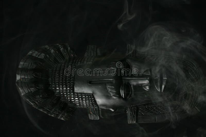 Máscara tribal africana, humo foto de archivo