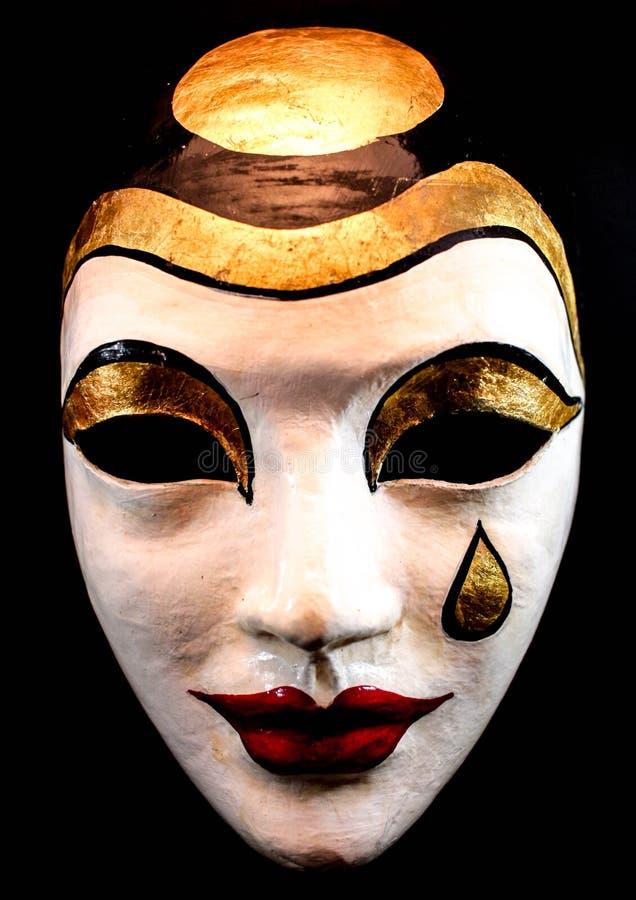Máscara triste hecha a mano que llora en el fondo negro imagenes de archivo