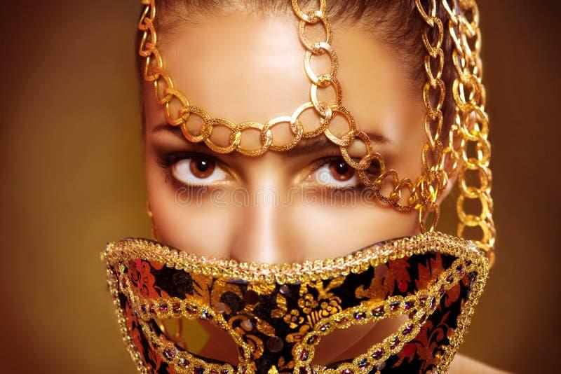 Máscara veneciana del carnaval de la mascarada de la mujer modelo de la belleza que lleva imagenes de archivo