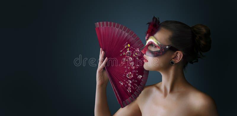 Máscara veneciana del carnaval de la mascarada de la mujer que lleva imagen de archivo libre de regalías