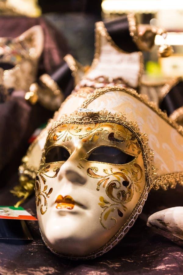 Máscara veneciana del oro imagenes de archivo