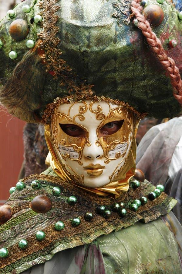 Máscara veneciana hermosa en la Plaza de San Marcos durante el carnaval de Venecia Italia foto de archivo libre de regalías