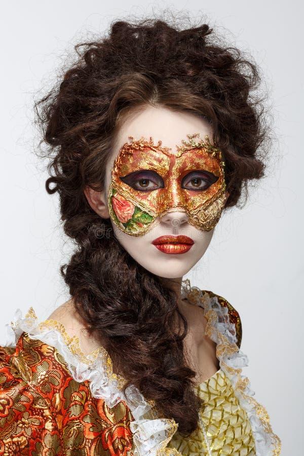 Máscara veneciana Mujer hermosa en vestido del vintage y una máscara en hola fotografía de archivo