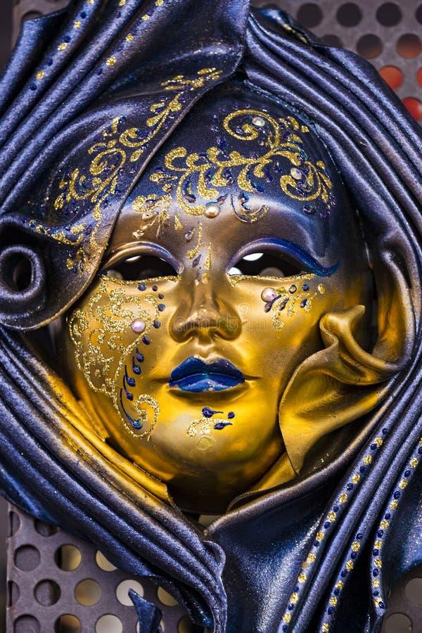 A máscara Venetian bonita tradicional para a participação no carnaval foto de stock