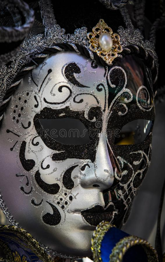 A máscara Venetian bonita tradicional para a participação no carnaval fotos de stock
