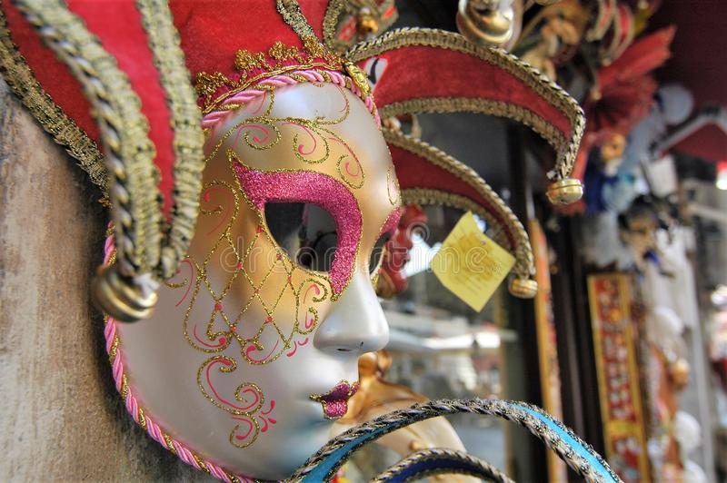 Máscara Venetian colorida do carnaval na tenda do mercado fotografia de stock