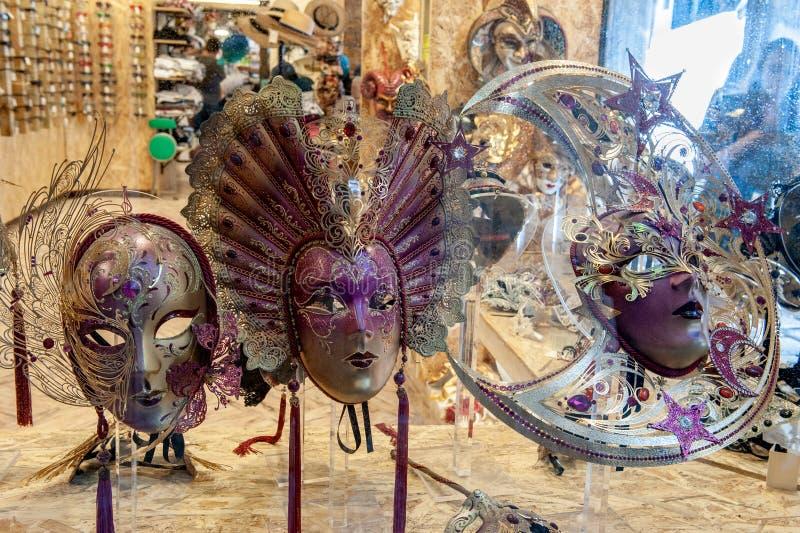 Máscara Venetian do carnaval Compra da rua Lembrança famosa Mercado italiano Italy, Veneza fotos de stock royalty free