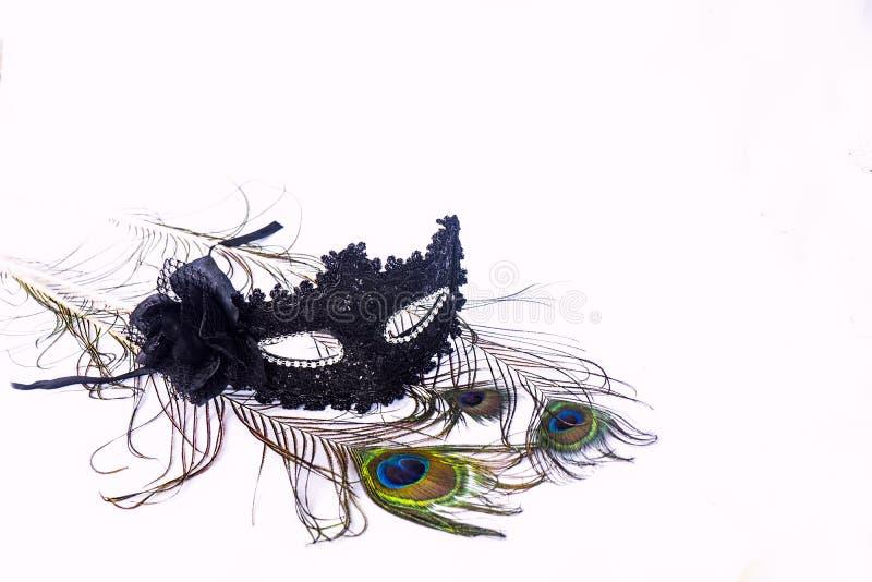 Máscara Venetian preta do carnaval com as penas do pavão isoladas fotos de stock