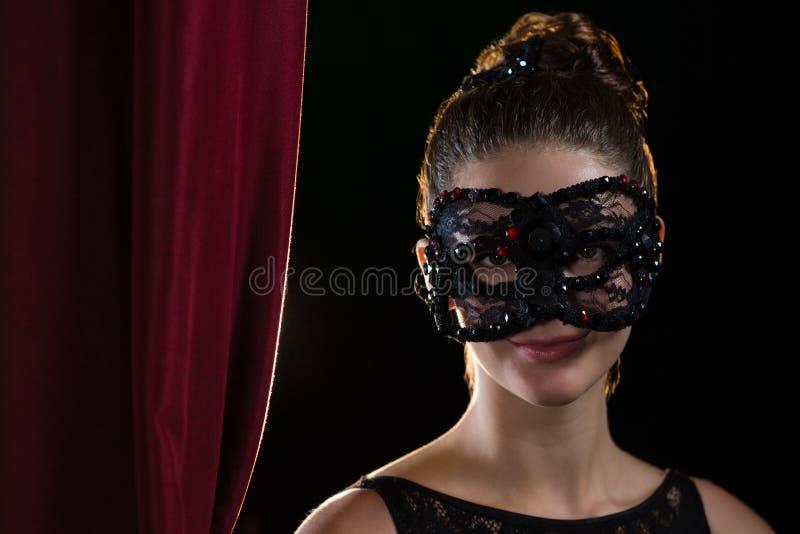 Máscara vestindo do disfarce da mulher fotos de stock royalty free