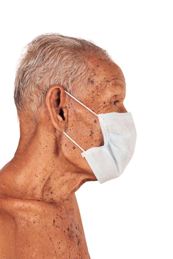 Máscara vestindo do homem idoso foto de stock royalty free