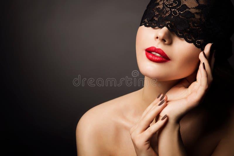 Máscara y labios rojos, fantasía hermosa de la mujer, modelo joven Face del cordón de la piel negra del vendaje fotos de archivo