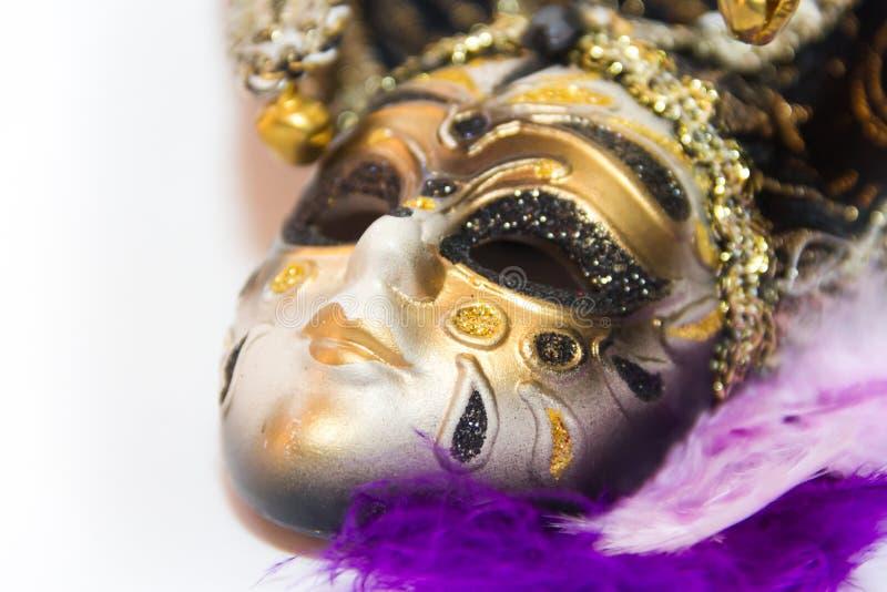 Máscara y plumas del carnaval de Venecia en el fondo blanco fotos de archivo