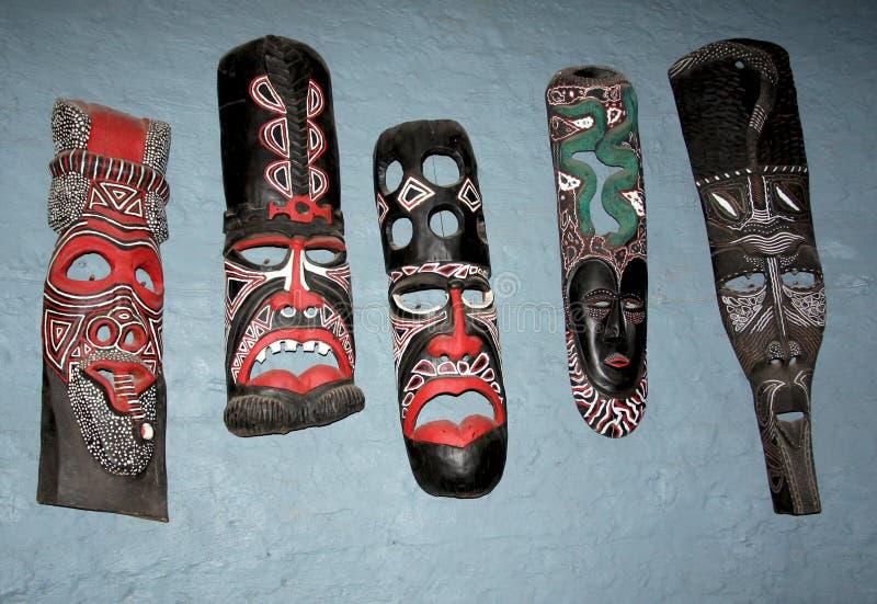 Máscaras africanas tradicionales en la pared en Zimbabwe imágenes de archivo libres de regalías