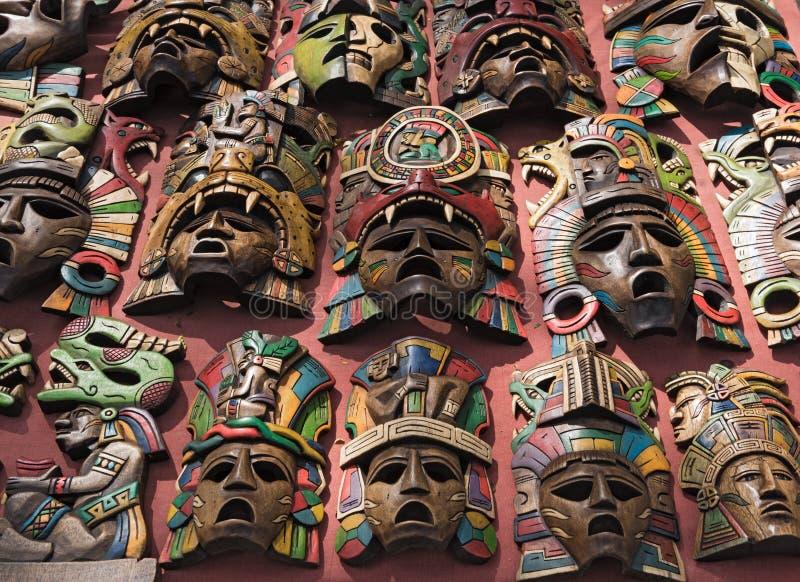 Máscaras de madera coloreadas en un soporte de recuerdo en Chichen Itza, Yucatán, México imagen de archivo libre de regalías