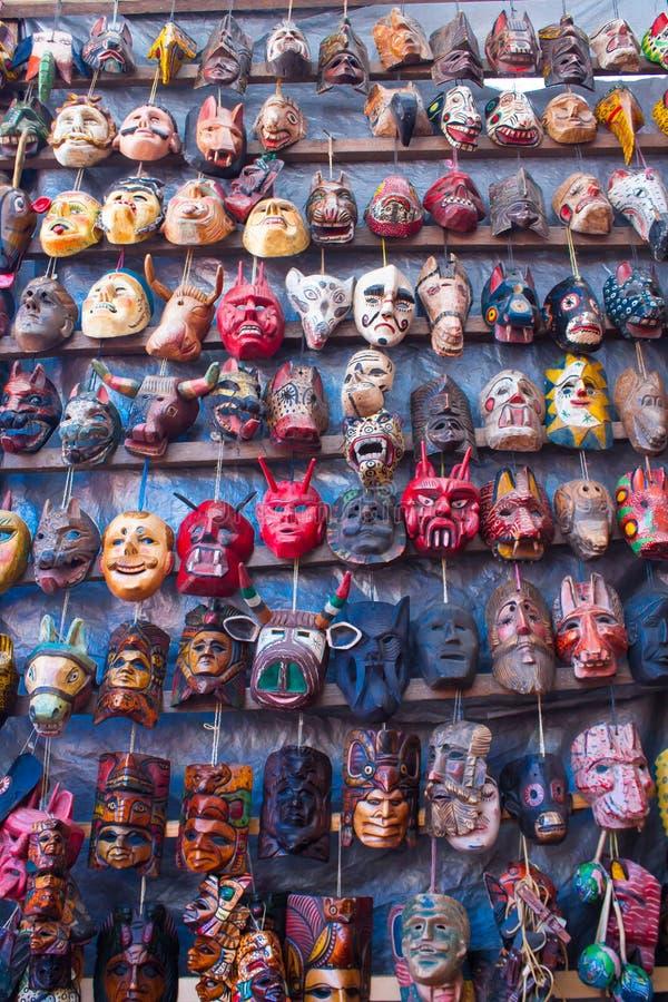 Máscaras de madera mayas para la venta en el mercado de Chichicastenango fotografía de archivo libre de regalías