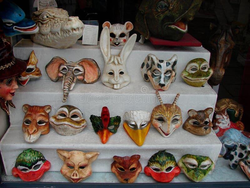 Máscaras de Venecia en ventana de las compras imágenes de archivo libres de regalías