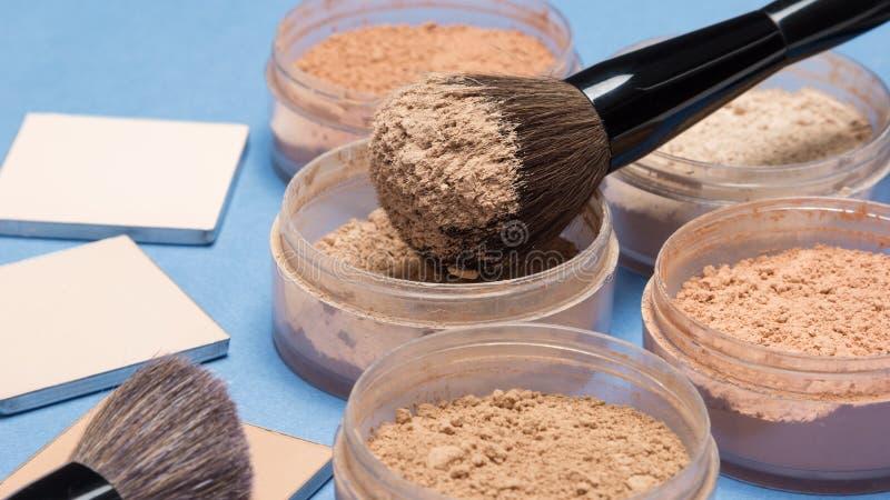 Máscaras diferentes do pó cosmético fraco e compacto imagem de stock royalty free