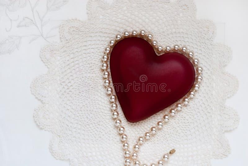 Máscaras do branco com coração vermelho fotos de stock
