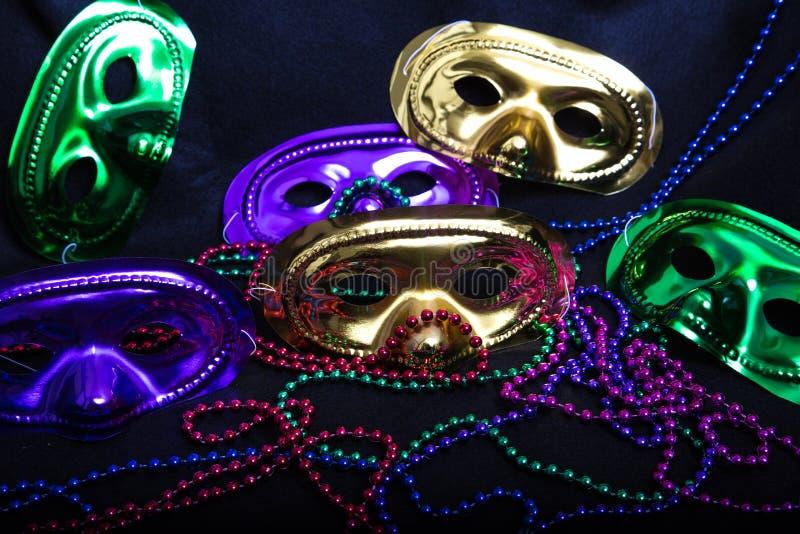 Máscaras e grânulos do carnaval no preto foto de stock royalty free
