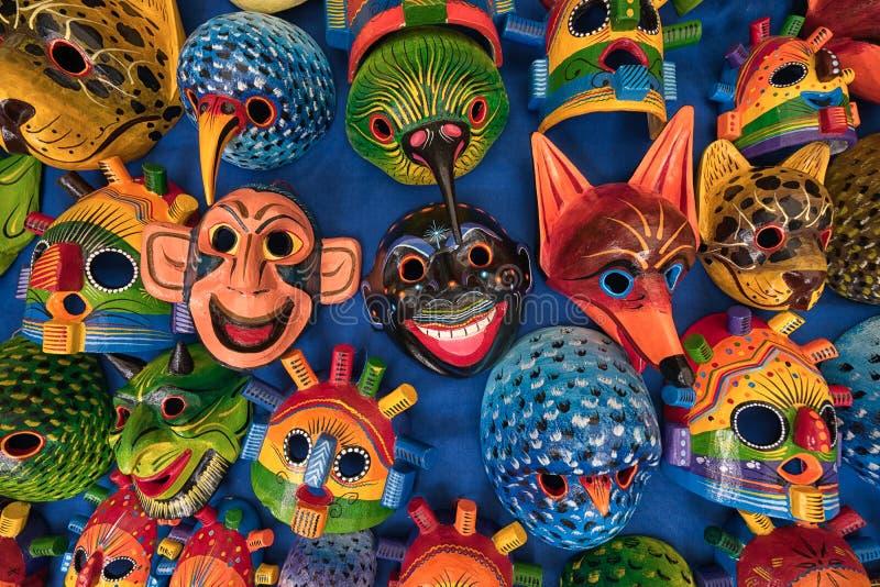 Máscaras indígenas coloridas en Otavalo Ecuador fotografía de archivo
