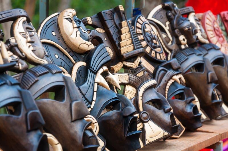 Máscaras mayas de madera grandes en la exhibición en Chichen Itza imágenes de archivo libres de regalías