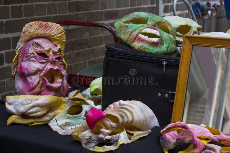Máscaras para la venta en parada de calle fotos de archivo