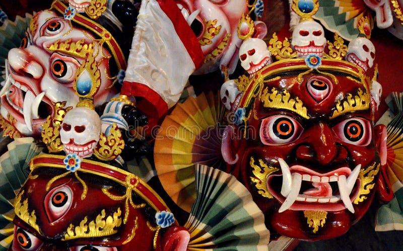 Máscaras rituales budistas en Katmandu imagenes de archivo