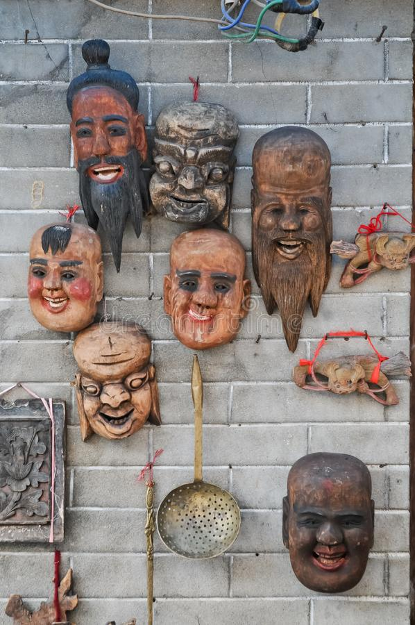 Máscaras talladas de madera de los monjes del guerrero santo imagenes de archivo