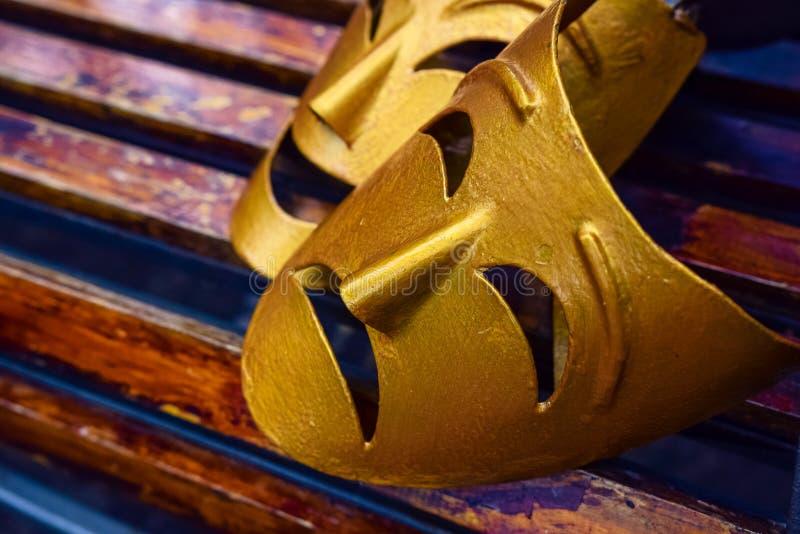 Máscaras teatrais simbólicas decorativas - Coroa comédia e tradicional - um lado com gemidos de giz, fotografia de stock