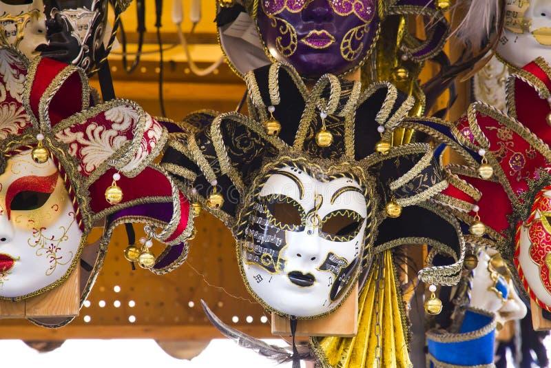 Máscaras venecianas en exhibición de la tienda en Venecia imagen de archivo libre de regalías