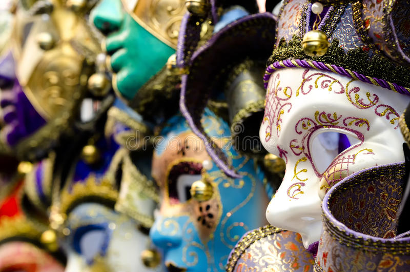 Máscaras venecianas en exhibición de la tienda en Venecia fotos de archivo