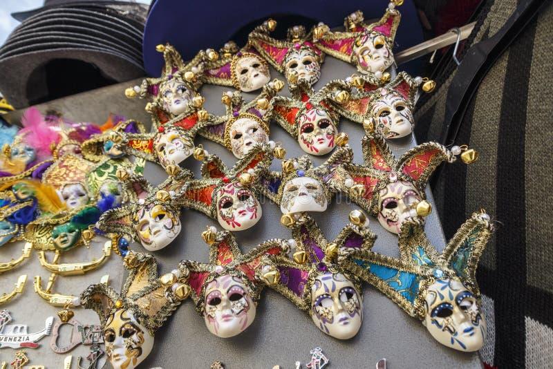Máscaras venecianas en exhibición de la tienda en Venecia, Italia, 2016 foto de archivo libre de regalías