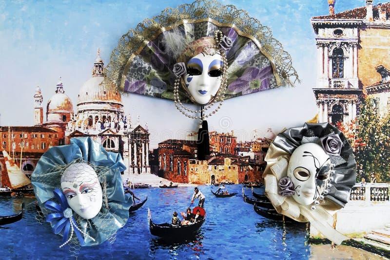 Máscaras venecianas interiores del carnaval en fondo colorido foto de archivo