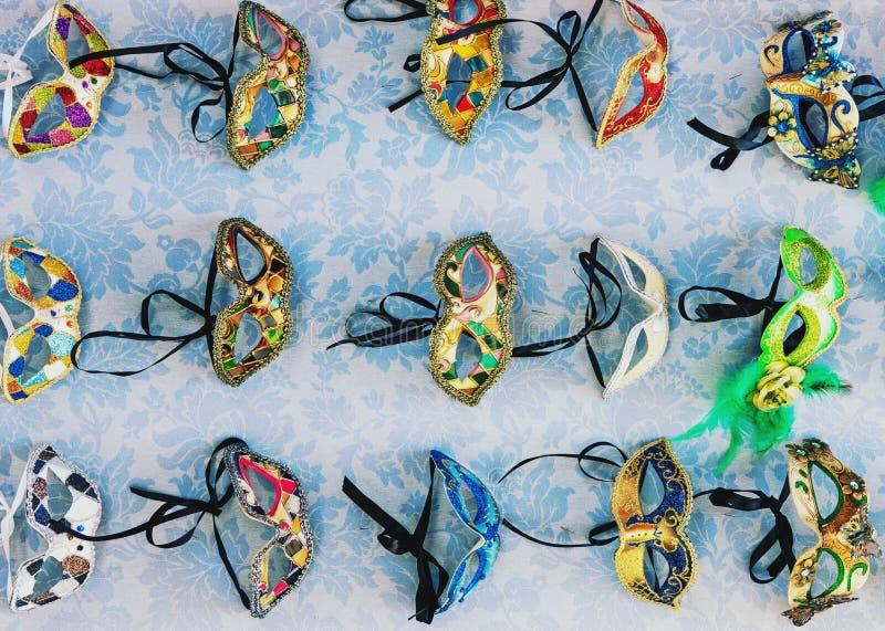 Máscaras venetian decoradas coloridas tradicionais para a venda em Veneza foto de stock
