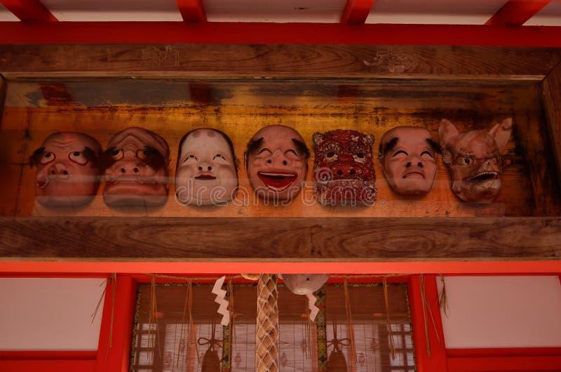 Máscaras votivas en la capilla japonesa, Kyoto Japón imagen de archivo