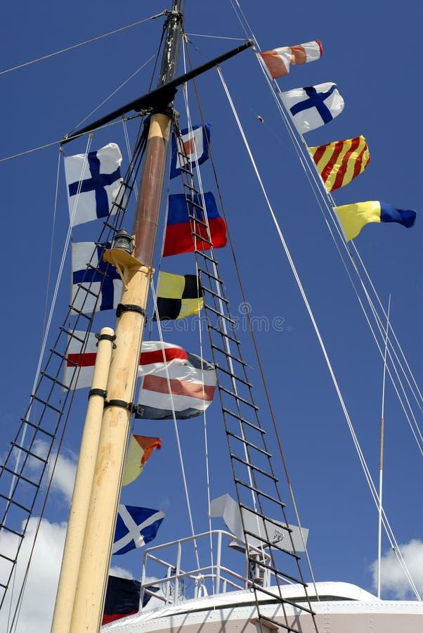 Mástil de la nave con los indicadores navales foto de archivo