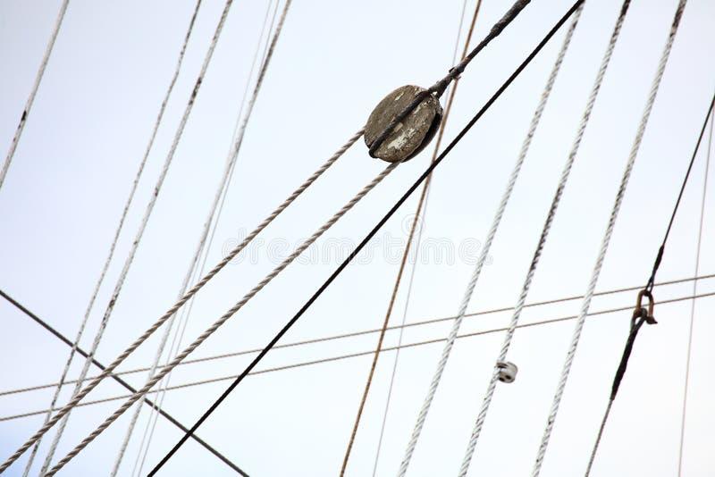 Mástiles y cuerda del velero. foto de archivo