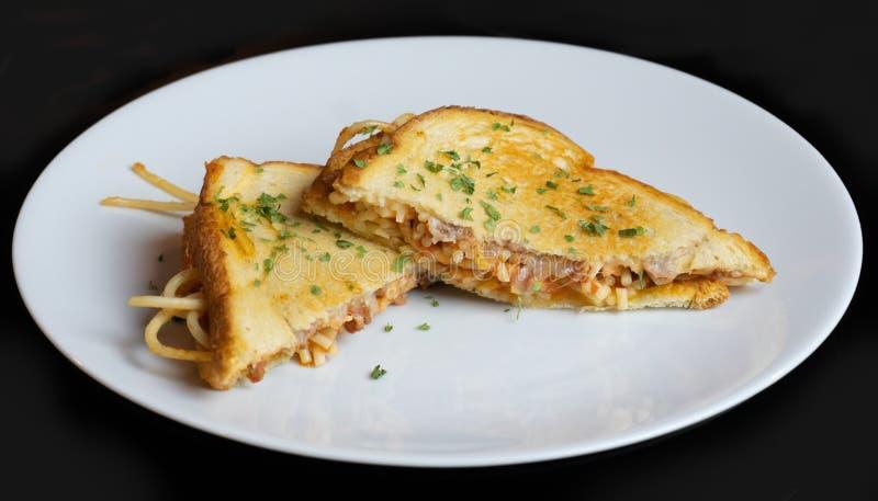 Mâche de sandwich à fromage grillée par spaghetti  photos stock