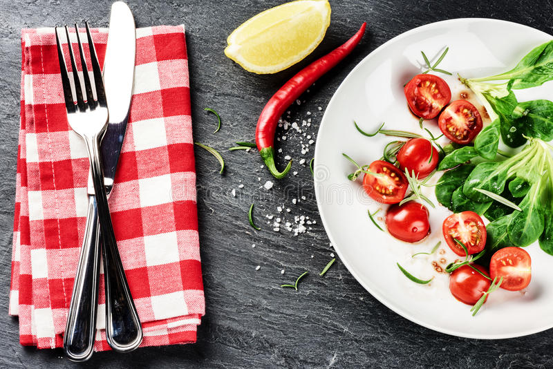 Mâche fraîche avec des tomates-cerises Consommation et régime sains C image libre de droits