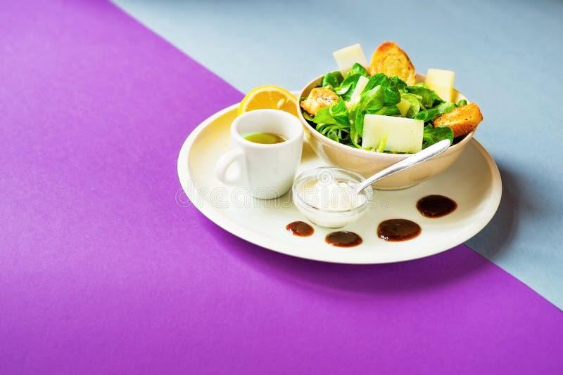 Mâche, fromage, yaourt, huile d'olive photographie stock libre de droits