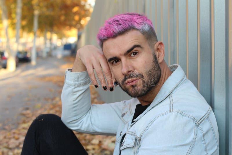 Mâle à la mode basculant le vernis à ongles noir et les cheveux roses photographie stock libre de droits