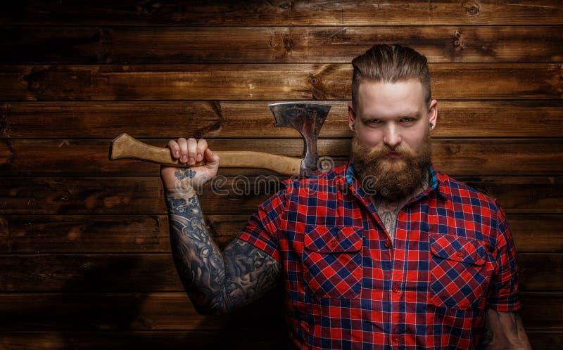Mâle énorme brutal strict avec la barbe et la hache images libres de droits