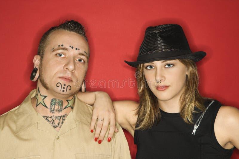 Mâle adulte et femelle de l'adolescence restant ensemble. photos stock