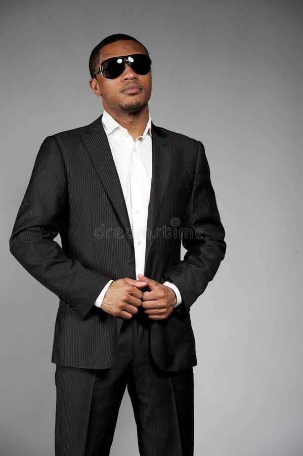 Mâle attirant d'Afro-américain dans un costume photographie stock