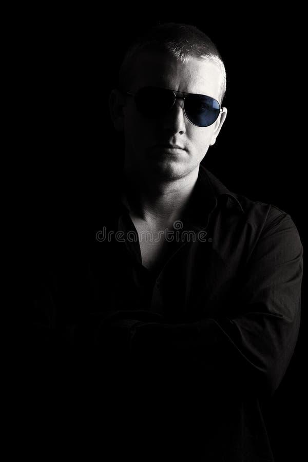 Mâle avec des lunettes de soleil image libre de droits