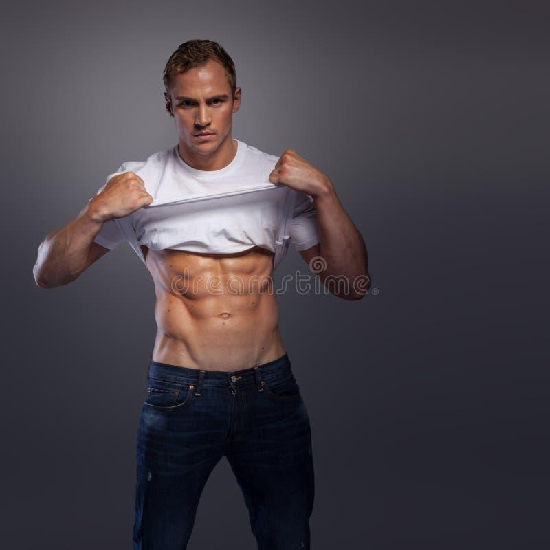 Mâle avec la chemise de levage d'ABS  photos stock