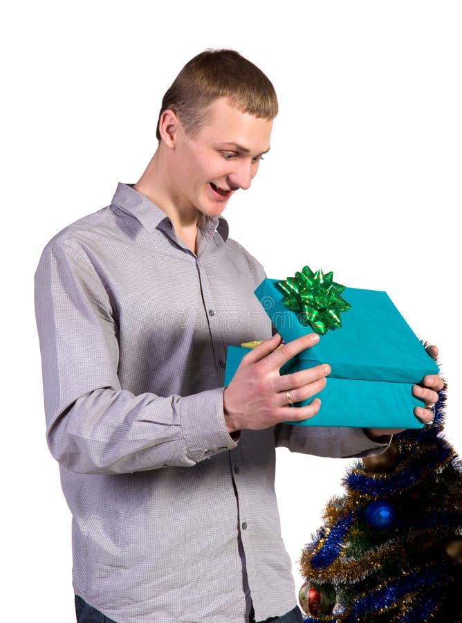 Mâle avec le cadre de cadeau dans des mains image stock