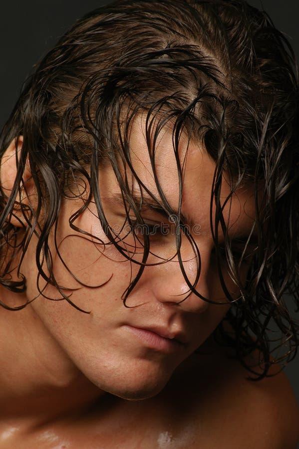 Mâle avec le long cheveu et les coups images stock