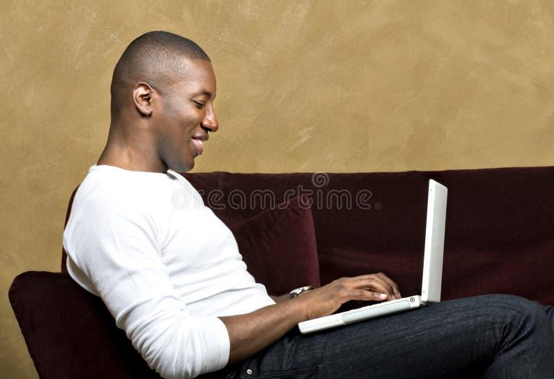mâle beau d'ordinateur portatif photographie stock libre de droits