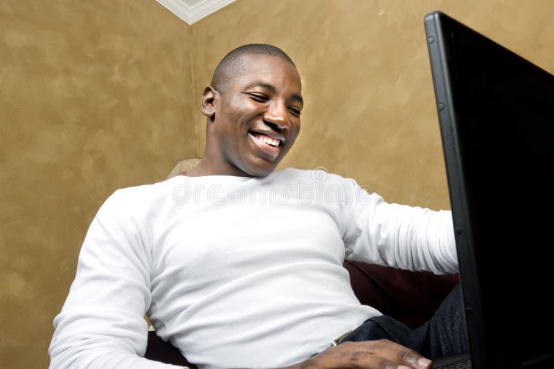 mâle beau d'ordinateur portatif photo stock